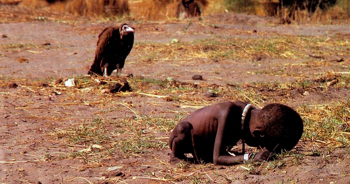 Abutre e criança faminta no Sudão