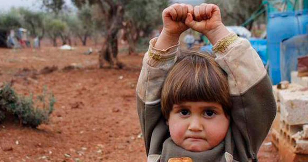 Criança síria confunde máquina fotográfica com arma